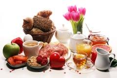 Frukost på tabellen med brödbullar, giffel, coffe och fruktsaft på karneval fotografering för bildbyråer