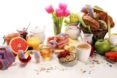 Frukost på tabellen med brödbullar, giffel, coffe och fruktsaft på karneval arkivbild