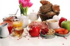 Frukost på tabellen med brödbullar, giffel, coffe och fruktsaft på karneval royaltyfria foton