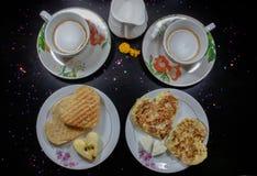Frukost på valentin dag - stekt omelete, bröd, äpple och vit ost i formen av en hjärtacoffe och att mjölka Top beskådar arkivfoto