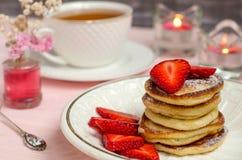 Frukost - pannkakor med jordgubbar Arkivfoton