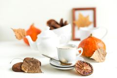 Frukost, pumpalatte och havrecoockies Höst Arkivfoto