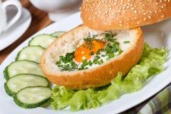 Frukost: smörgås med bakade fega ägg Royaltyfria Bilder