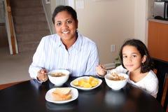 frukost som äter familjen Fotografering för Bildbyråer