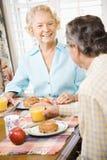 frukost som äter pensionärer Arkivfoton