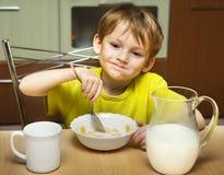 frukost som äter ungen royaltyfria foton