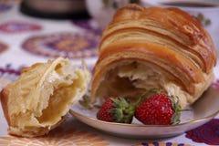 Frukost som göras av gifflet och jordgubbar Arkivbilder