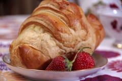 Frukost som göras av gifflet och jordgubbar Arkivbild