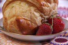Frukost som göras av gifflet och jordgubbar Royaltyfri Foto