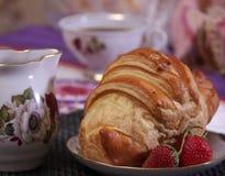 Frukost som göras av gifflet och jordgubbar Arkivfoton