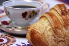 Frukost som göras av gifflet och jordgubbar Royaltyfri Bild
