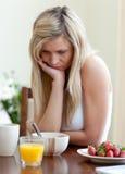 frukost som har den sunda trött kvinnan Arkivbilder