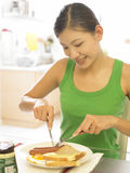 frukost som har kvinnan Arkivfoto