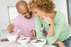 frukost som tillsammans äter frun för maka Arkivbilder