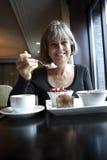 frukost som tycker om den sunda kvinnan Royaltyfria Foton