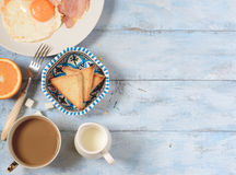 Frukost stekte ägg med bacon Arkivfoton