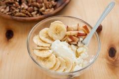 Frukost stuga, ost, surt som är kräm-, banan på vit bakgrund arkivfoton
