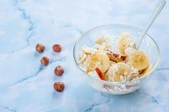 Frukost stuga, ost, surt som är kräm-, banan på vit bakgrund Arkivbilder