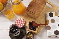 Frukostaktivering på en tabell Arkivfoto