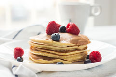 Frukostbär pannkakor Romantisk frukost på en trätabell blå molnig fjäder för sky för morgon för fältgräsgreen cozy Royaltyfri Foto