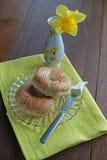 Frukostbaglar och gräddost Arkivfoton