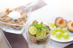 frukosten består av sädesslag, bär frukt, mjölkar, yoghurten Fotografering för Bildbyråer