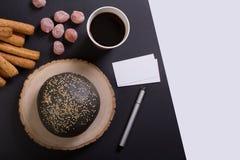 Frukosten med kuper av kaffe royaltyfri foto