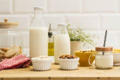 Frukosten med mjölkar och sädesslag royaltyfri fotografi