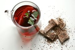 Frukosten med tea och choklad på vit bordlägger Royaltyfri Foto