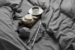 Frukosten och handarbete i grå färger bäddar ned på solljus royaltyfri foto
