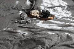 Frukosten och handarbete i grå färger bäddar ned på solljus arkivbilder