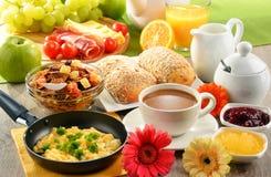 Frukosten tjänade som med kaffe, fruktsaft, ägget och rullar royaltyfri fotografi