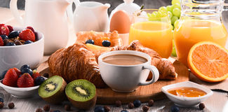 Frukosten tjänade som med kaffe, fruktsaft, giffel och frukter Royaltyfri Foto