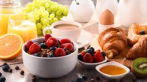 Frukosten tjänade som med kaffe, fruktsaft, giffel och frukter Arkivfoton
