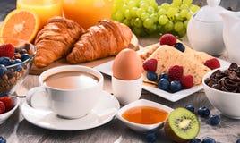 Frukosten tjänade som med kaffe, fruktsaft, giffel och frukter Arkivbilder