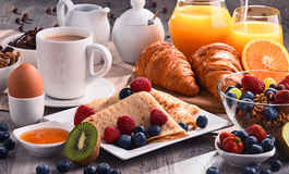 Frukosten tjänade som med kaffe, fruktsaft, giffel och frukter fotografering för bildbyråer