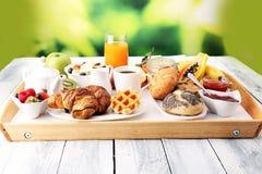 Frukosten tjänade som med kaffe, orange fruktsaft, giffel och frukt arkivbilder