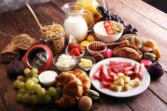 Frukosten tjänade som med kaffe, orange fruktsaft, giffel, sädesslag Arkivfoton