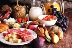Frukosten tjänade som med kaffe, orange fruktsaft, giffel, sädesslag Arkivbild