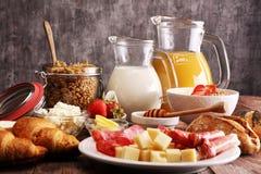 Frukosten tjänade som med kaffe, orange fruktsaft, giffel, sädesslag Fotografering för Bildbyråer