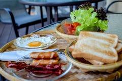 Frukosten tjänade som med kaffe, orange fruktsaft, giffel, sädesslag och frukter allsidigt banta - Bild arkivbild