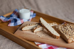 Frukostera att bestå av bröd och mjölka Arkivbild
