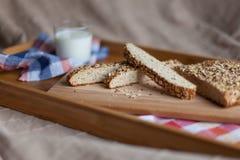Frukostera att bestå av bröd och mjölka Arkivfoton