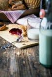 frukostera bakelser med driftstopp och mjölka arkivfoton