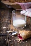 frukostera bakelser med driftstopp och mjölka royaltyfri bild