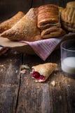 frukostera bakelser med driftstopp och mjölka royaltyfria foton