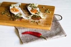 Frukostera ett rostat bröd med ägget royaltyfria bilder