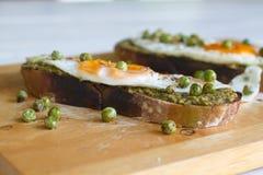 Frukostera ett rostat bröd med ägget royaltyfri foto