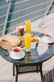 Frukostera för två personer på en balkong med härlig sikt Royaltyfria Foton