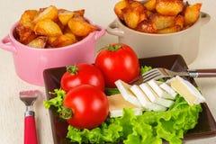 Frukostera från ost, tomater, potatisar och över hela sallad på en tabellcloseup Royaltyfri Foto